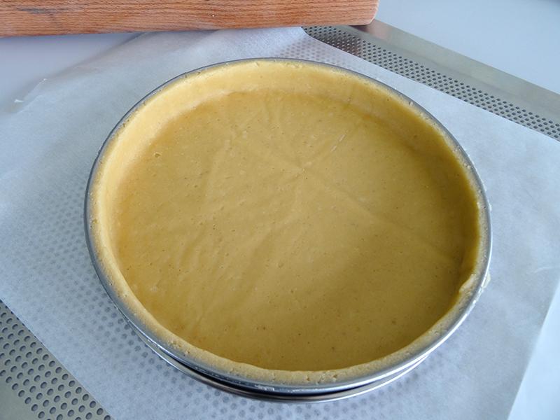 Foncer un cercle à tarte avec une pâte sucrée